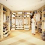 Светлая гардеробная комната. Фото стильной гардеробной комнаты